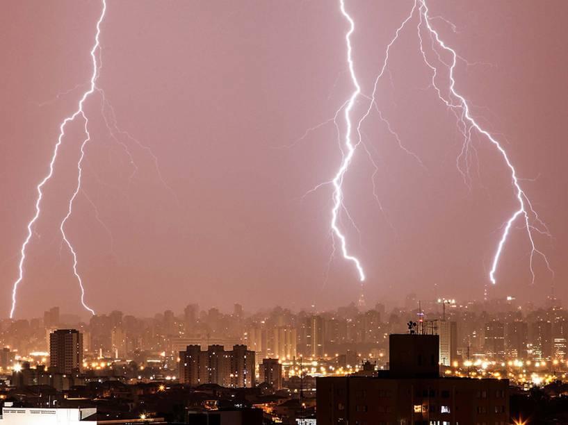 Raios são vistos na zona norte de São Paulo na madrugada desta segunda-feira (29), durante a forte chuva