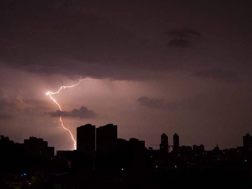 Raios são vistos na região de Guarulhos, na grande São Paulo, na madrugada desta segunda-feira (29), próximo ao aeroporto de Cumbica<br><br>