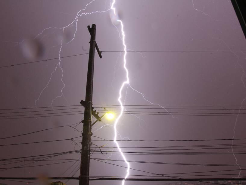 Raios são vistos na zona leste de São Paulo na madrugada desta segunda-feira (29), durante a forte chuva