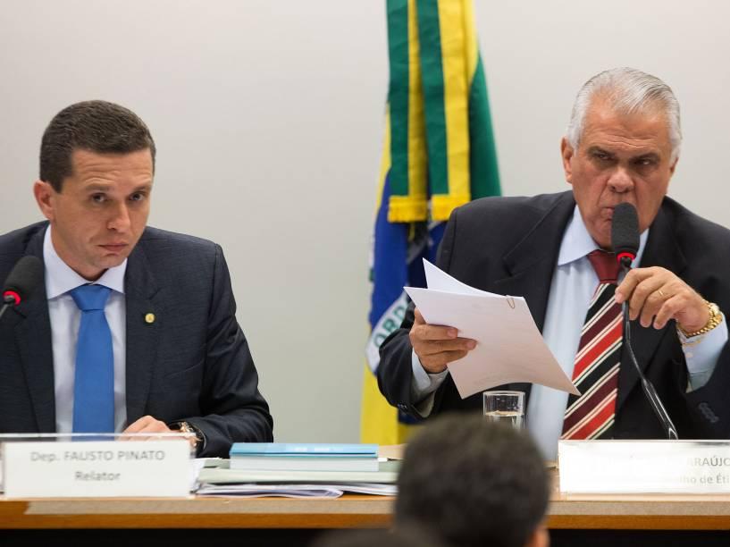 O deputado Fausto Pinato (à esq.) e o presidente do Conselho de Ética, José Carlos Araújo, em sessão que discute processo contra Eduardo Cunha, em Brasília (DF), nesta terça-feira (24)