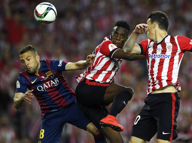 Jogadores disputam a bola durante partida entre Athletic Bilbao e Barcelona na final da Copa do Rei da Espanha