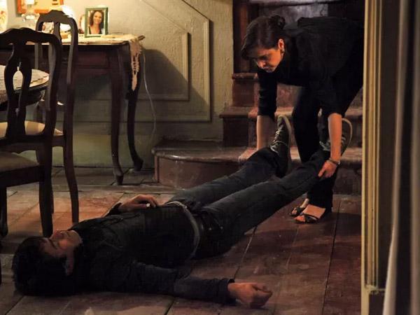 Cora (Drica Moraes) arrasta Fernando (Erom Cordeiro) pelo chão de sua cara depois de fazê-lo cair pela escada