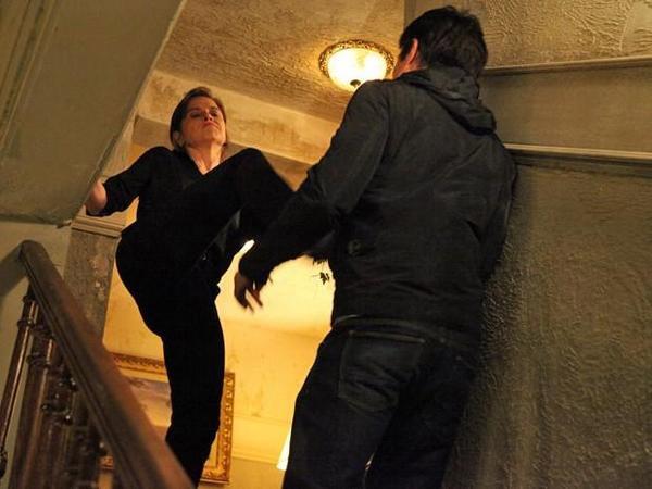 Cora (Drica Moraes) empurra Fernando (Erom Cordeiro) pela escada de sua casa
