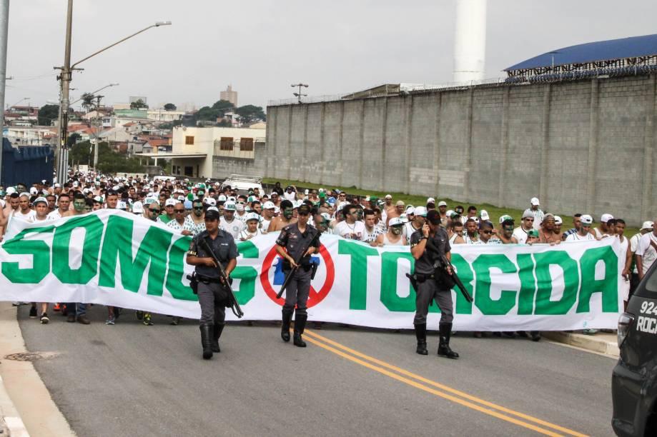 Torcedores do Palmeiras chegam a Arena Corinthians na tarde deste domingo (19)