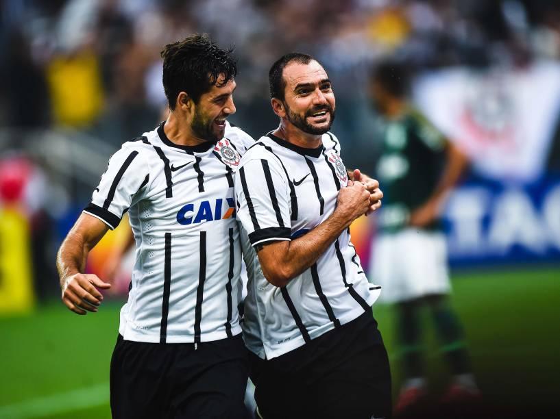 Danilo (D), do Corinthians, comemora após marcar gol na partida contra o Palmeiras, válida pelas semifinais do Campeonato Paulista 2015, na Arena Corinthians (Itaquerão), em Itaquera, na zona leste de São Paulo, neste domingo (19)