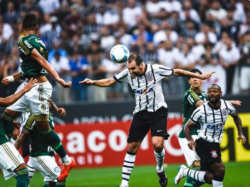 Danilo cabeceia para marcar gol na partida contra o Palmeiras, válida pelas semifinais do Campeonato Paulista 2015