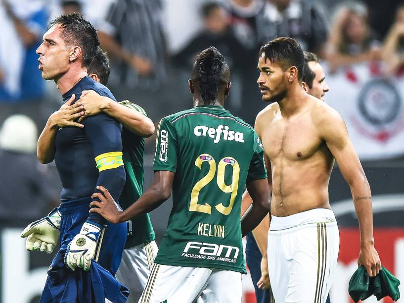 Jogadores do Palmeiras comemoram com o goleiro Fernando Prass, o herói da classificação sobre o Corinthians