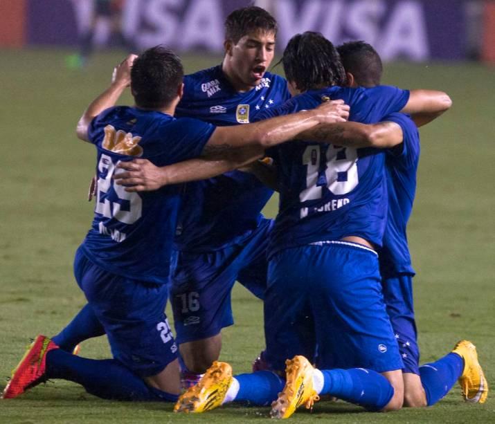 Mineiros comemoram no jogo Santos x Cruzeiro, na Vila Belmiro, semifinal da Copa do Brasil 2014