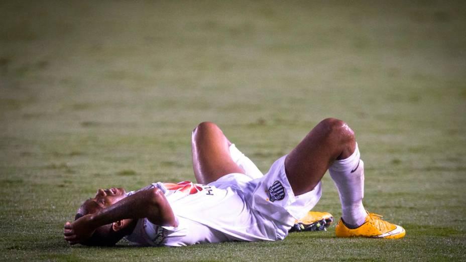 Robinho caído no jogo Santos x Cruzeiro, na Vila Belmiro, semifinal da Copa do Brasil 2014