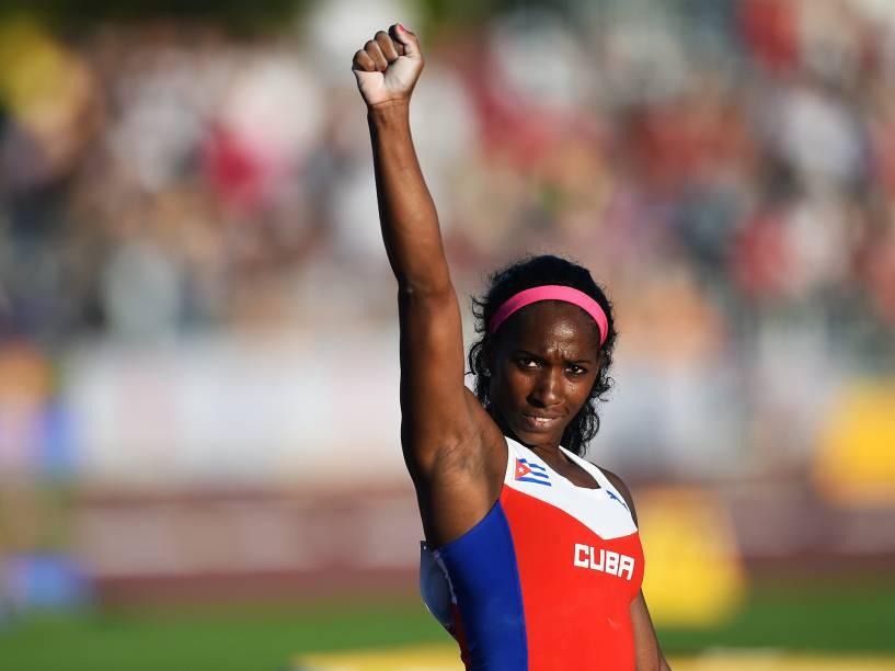 A cubana Yarisley Silva comemora a medalha de ouro no salto com vara nos Jogos Pan-Americanos 2015, em Toronto, Canadá