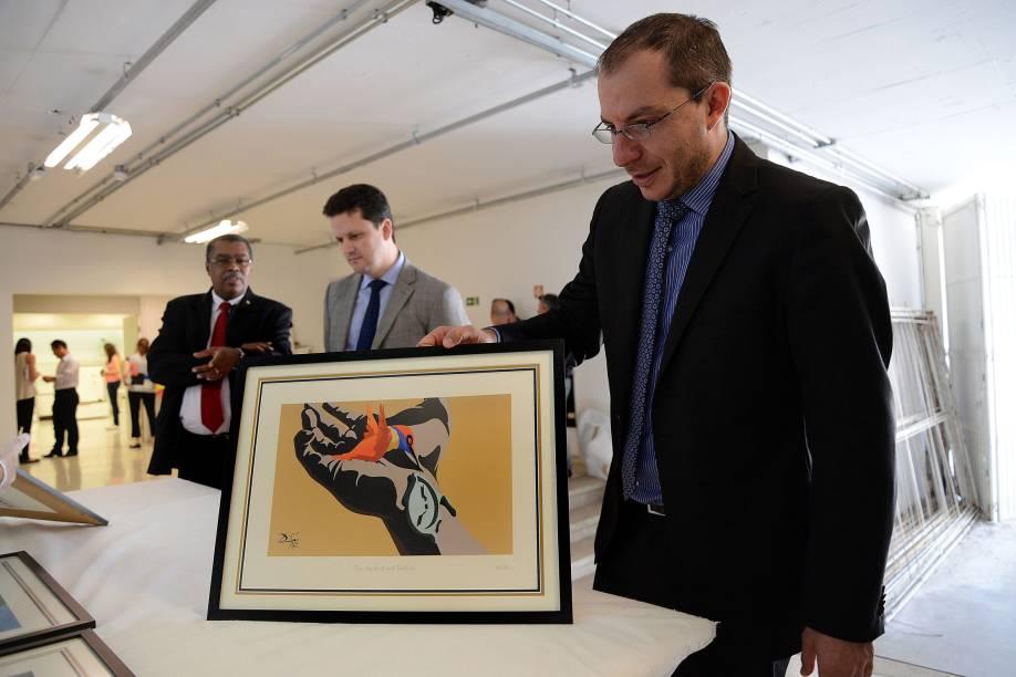 Delegado Marcio Anselmo avalia gravura de Salvador Dali