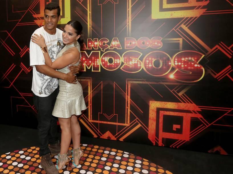 O finalista Marcello Melo Jr. ao lado de Anitta nos bastidores da Dança dos Famosos