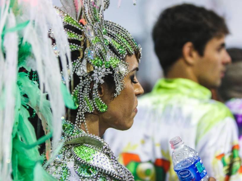 Gracyanne Barbosa se refresca durante desfile da X9-Paulistana