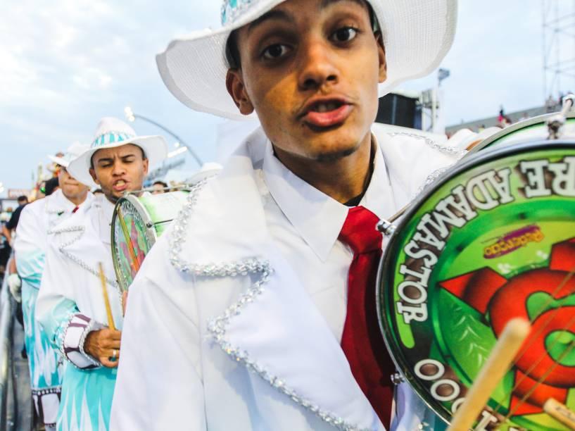 """A X9-Paulistana encerra os desfiles do Grupo Especial com o enredo: """"Sambando na chuva, num pé dágua ou na garoa, sou X9 numa boa"""""""