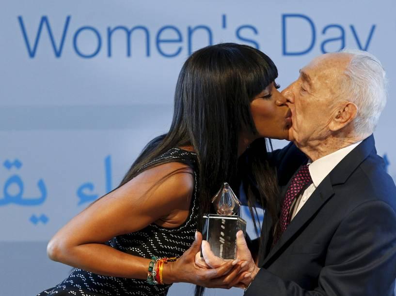 Naomi Campbell beija o ex-presidente israelense Shimon Peres ao receber um prêmio em evento marcando o Dia Internacional da Mulher no Centro Peres para a Paz, em Jaffa, perto de Tel Aviv, nesta terça-feira (08)