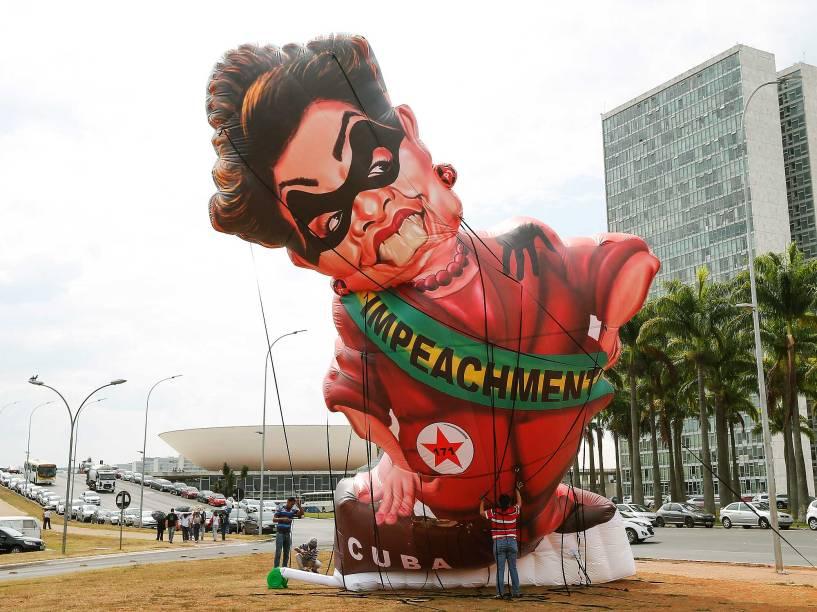 Boneco inflável simbolizando presidente Dilma Rousseff é usado em ato de protesto no gramado entre o STF (Supremo Tribunal Federal) e o Congresso, ao lado da praça dos Três Poderes, em Brasília (DF), nesta quarta-feira (30)