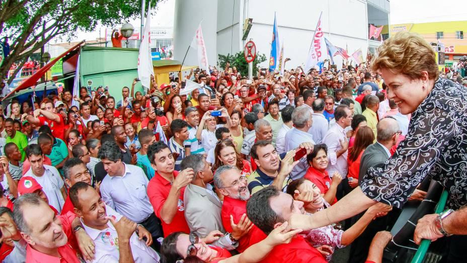 Dilma Rousseff, candidata à reeleição pelo PT, em visita à Feira de Santana (BA) - 25/09/2014