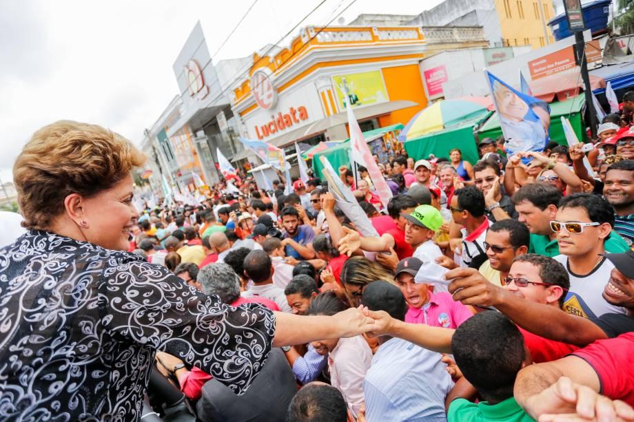 Dilma Rousseff, candidata à reeleição pelo PT, em visita à Feira de Santana (BA), na manhã desta quinta-feira (25)