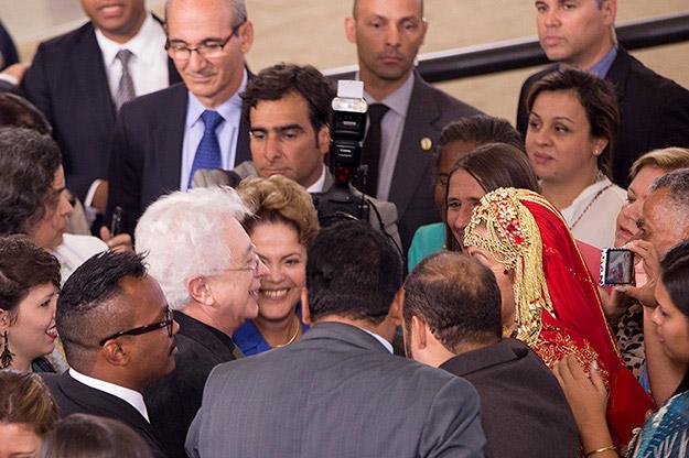 Dilma, feliz como uma criança, ao lado do autor de Império