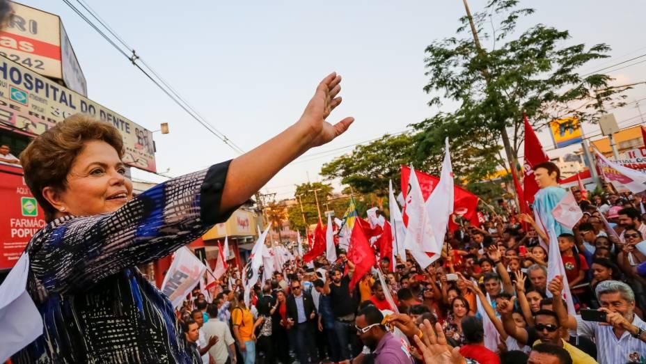 Dilma Rousseff, candidata à reeleição pelo PT, durante caminhada de campanha em Ribeirão das Neves, Minas Gerais - 22/09/2014