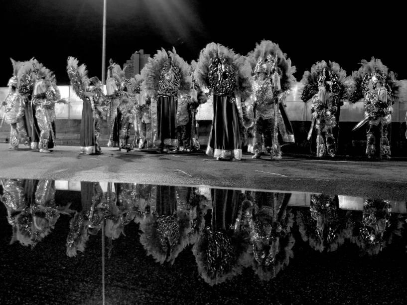Integrantes de escola de samba após desfile em São Paulo
