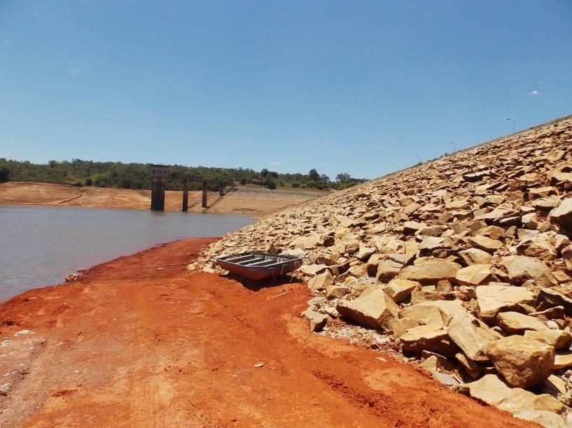 Bote encalha na Represa Serra Azul, a mais crítica do Sistema Paraopeba - foto de 17/01/2015