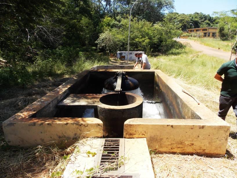 Homens captam água no Reservatório Rio Serra Azul, do Sistema Paraopeba (MG) - foto de 17/01/2015