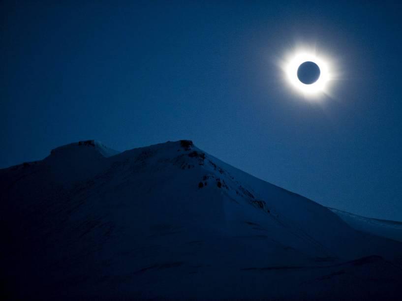 Eclipse Solar é visto em Longyearbyen