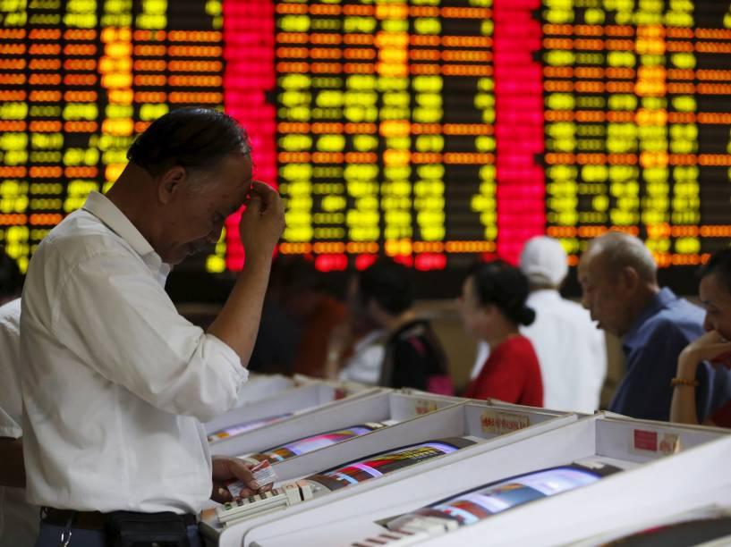 Investidor olha para a tela de seu computador durante o pregão na bolsa de Xangai, na China - 08/07/2015