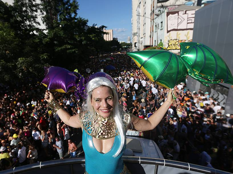 Leandra Leal curte o carnaval em SP