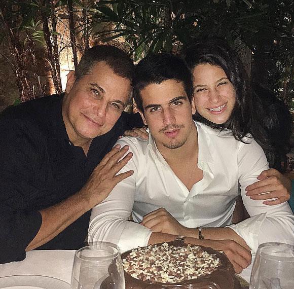 Edson Celulari e os filhos, Enzo e Sophia, no aniversário de 19 anos do menino