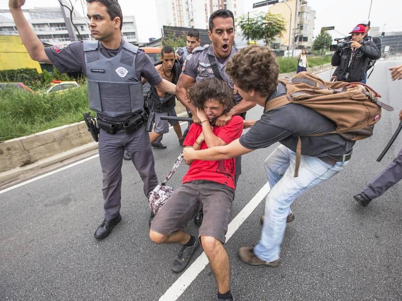Policial detém estudante durante protesto na av. Doutor Arnaldo, na zona oeste de SP - 02/12/2015