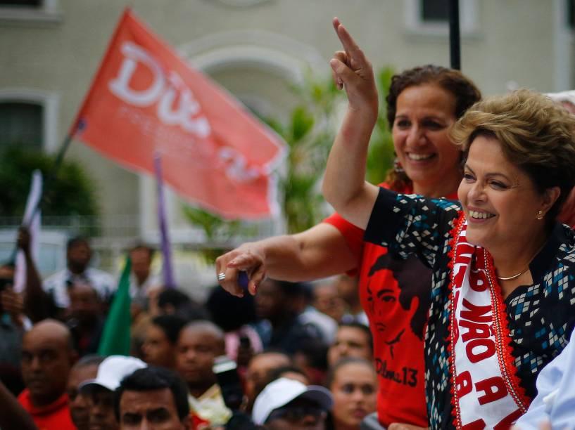 A presidente do Brasil e candidata à reeleição pelo PT, Dilma Rousseff, acena para simpatizantes durante um comício de campanha nesta quarta-feira (22), em Duque de Caxias, no Rio de Janeiro