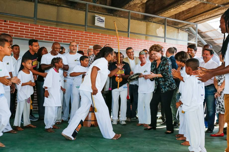 Dilma Rousseff se arrisca na capoeira durante lançamento do livro Um país chamado favela, no Rio de Janeiro