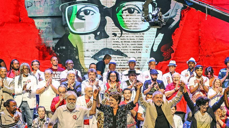 A presidente Dilma Rousseff, candidata à reeleição, participa ao lado do ex-presidente Lula, do encontro com intelectuais e artistas no Teatro Casagrande, no Rio de Janeiro (RJ) - 15/09/2014
