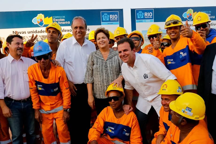 Dilma Rousseff posa com trabalhadores durante visita ao local do futuro Campus da Maré, das escolas municipais e do Centro Vocacional Tecnológico no Rio de Janeiro (RJ) - 12/09/2014