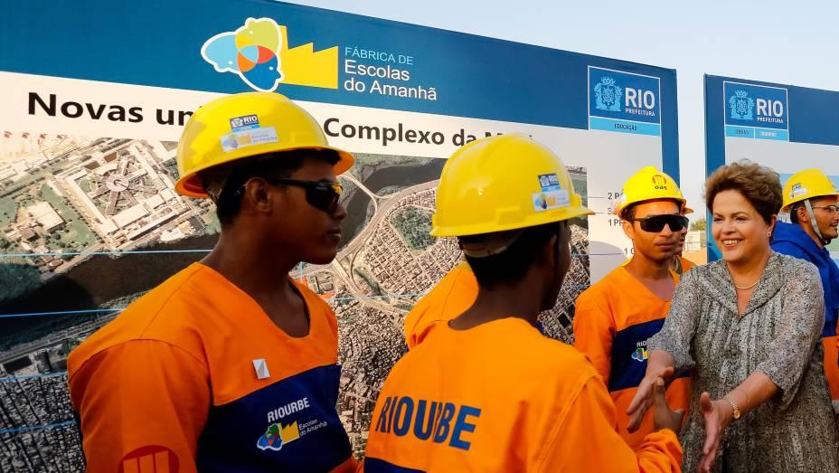 Dilma Rousseff cumprimenta os trabalhadores em visita ao local do futuro Campus da Maré, das escolas municipais e do Centro Vocacional Tecnológico (CVT)