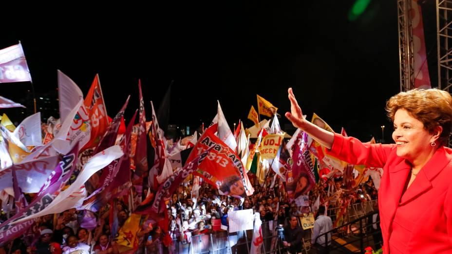 A presidente Dilma Rousseff, candidata à reeleição, participa de comício com militantes do PT em defesa da reeleição de Tarso Genro para o governo gaúcho, em Porto Alegre - 22/08/2014