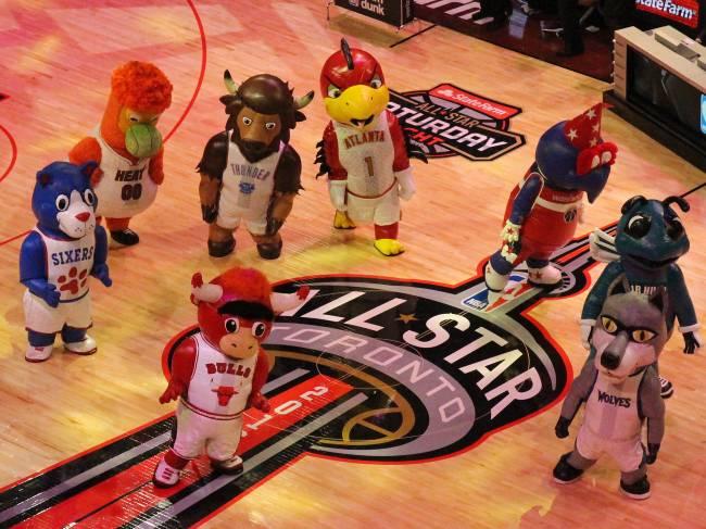 Mascotes dos times durante o torneio de enterradas da NBA