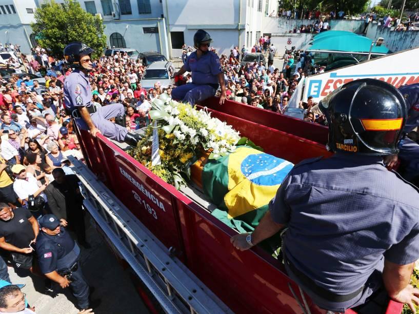 Corpo do cantor José Rico é levado para o Cemitério da Saudade em America (SP), onde será enterrado - 04/03/2015