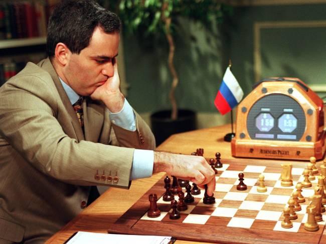 Garry Kasparov jogando com o computador Deep Blue em 1997