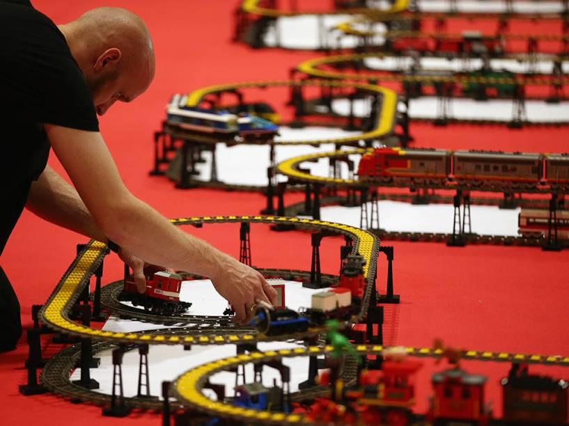 Os ajustes finais são feitos em um trem de Lego, no dia da abertura da Brick 2014, em Londres, Inglaterra. O evento de quatro dias mostra criações de alguns dos melhores construtores de peças Lego do mundo