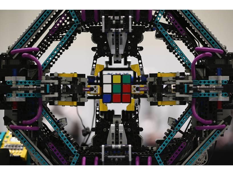Um robôfeito de peças de Legoe capaz deresolver os quebra-cabeças de cubo é exibido durante a Brick 2014, em Londres, na Inglaterra. O evento de quatro dias mostra as melhores criações e corridas de Lego do mundo