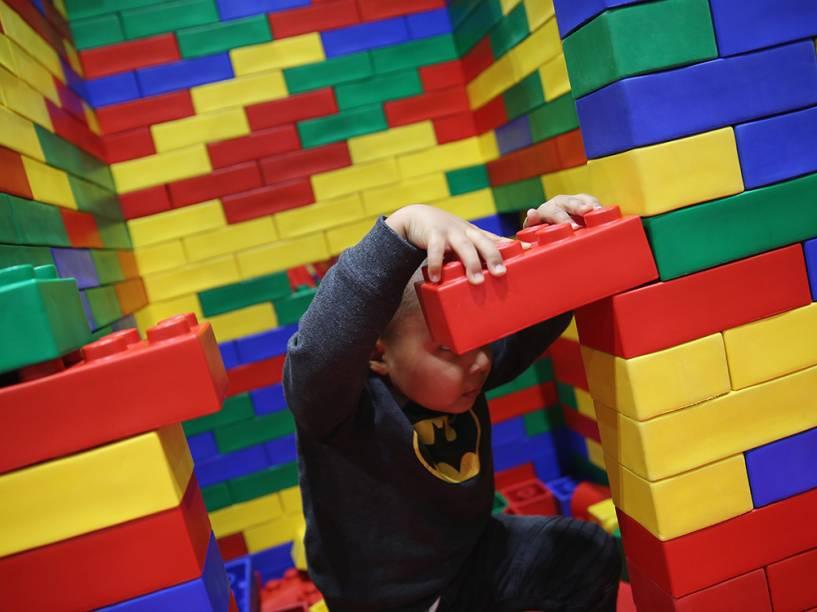Um garoto brinca com peças gigantes de Lego, durante a Brick 2014, em Londres, na Inglaterra