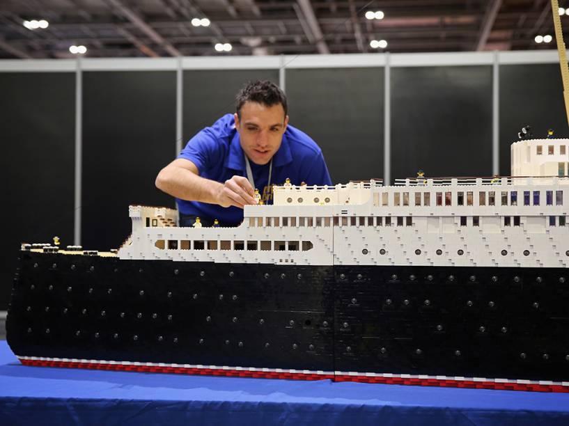 Os ajustes finais são feitos em um navio construído com peças deLego, antes da abertura da Brick 2014, em Londres, na Inglaterra