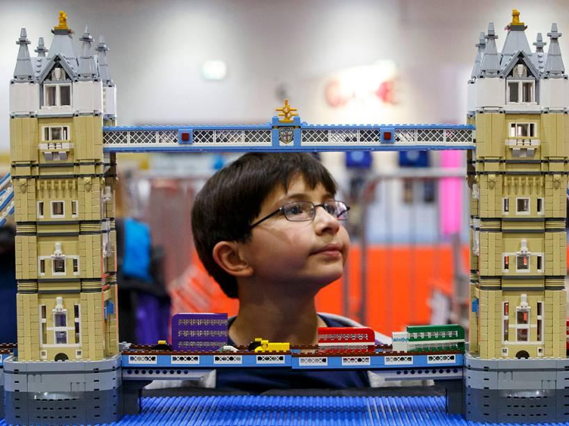 Garoto observa umaréplica daTorre de Londres feita por peças de Lego,durante a Brick 2014, na Inglaterra