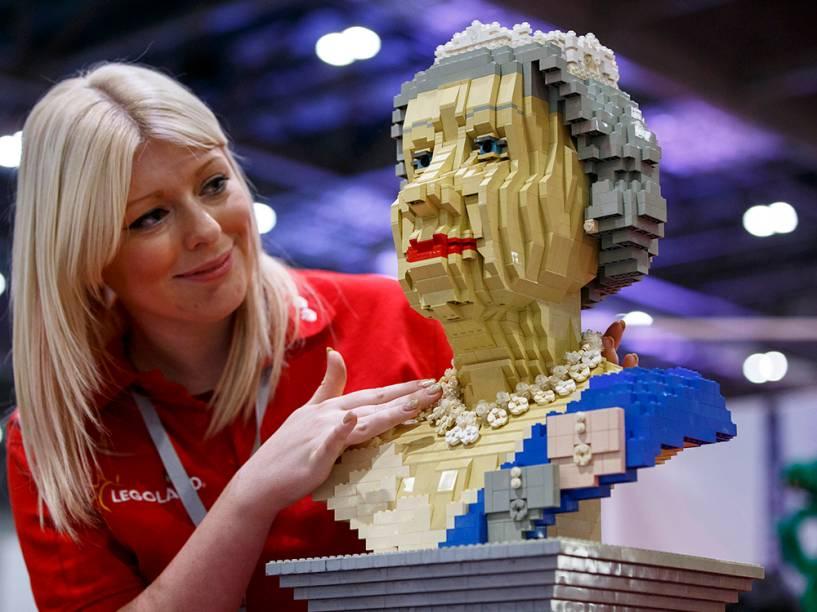Os últimos retoques são feitos na peça construída por Legos, imitando a rainha Elizabeth II, antes da abertura da Brick 2014, em Londres, na Inglaterra.O evento de quatro dias mostra as melhores criações e corridas de Lego do mundo