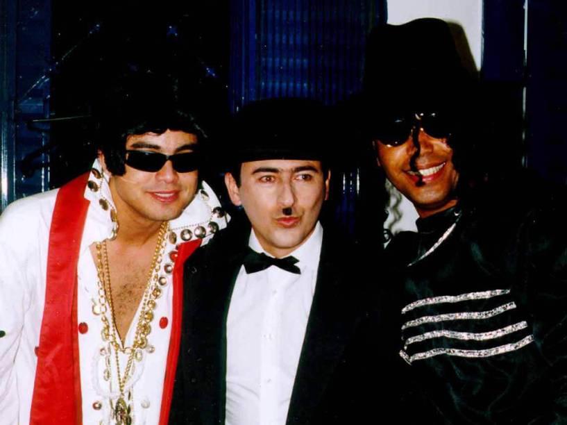 Renner (vestido de Elvis), Hamilton Policastro (vestido de Chaplin) e Rick (vestido de Michael Jackson), fantasiados para homenagear Daniel pelo seu aniversário de 31 anos, durante um show na cidade de Jales, interior de São Paulo - 1999