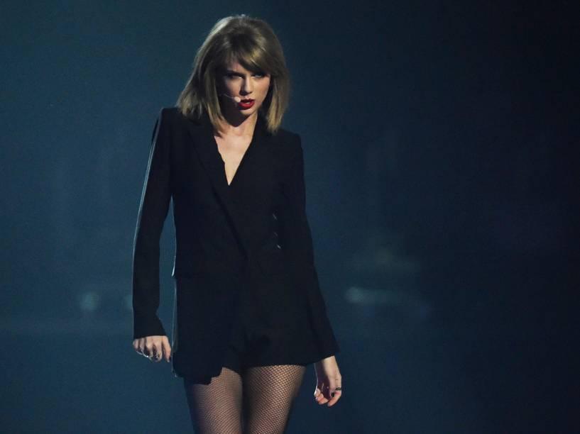 Taylor Swift se apresenta durante o Brit Awards 2015 na O2 Arena em Londres - 25/02/2015