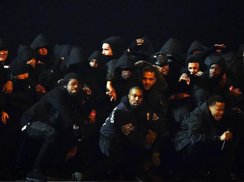 Kanye West se apresenta durante o Brit Awards 2015
